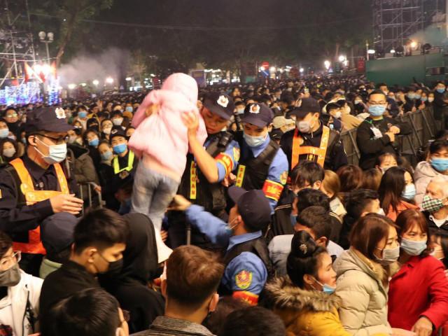 Cảnh sát giải cứu hàng chục người già, trẻ nhỏ khỏi đám đông xô đẩy trong tiệc âm nhạc Countdown chào năm mới 2021