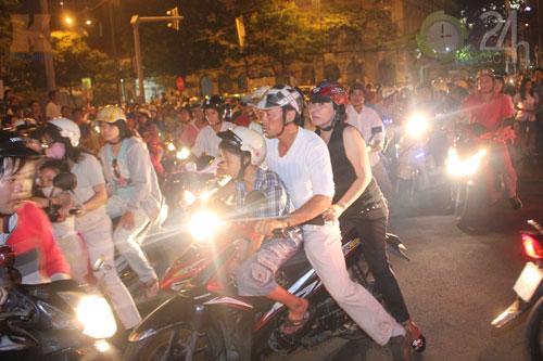 HN, TPHCM đông nghẹt người đón năm mới - 1
