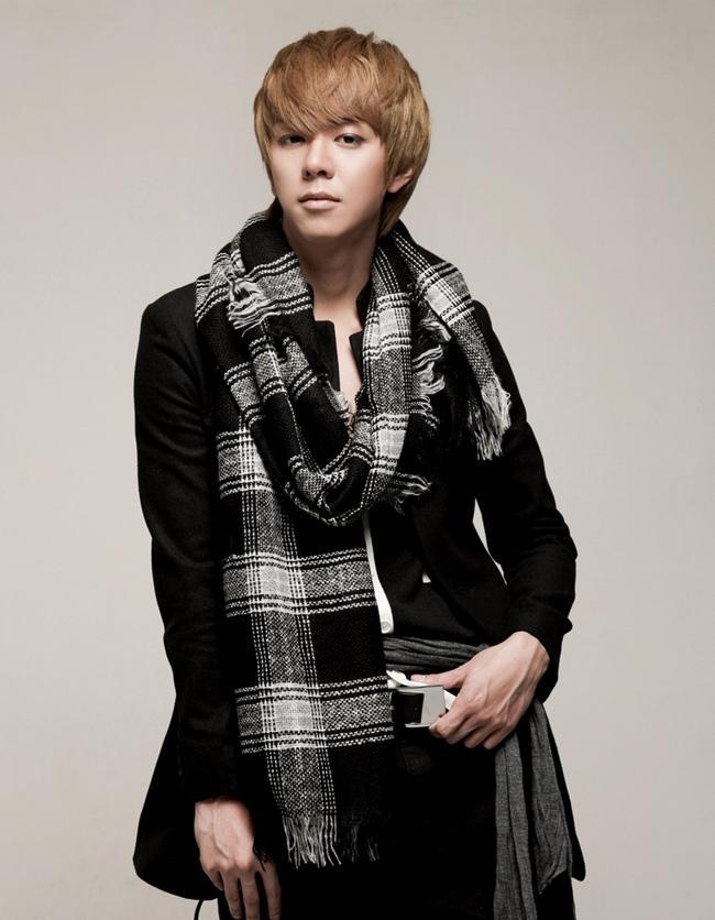 Moon Jun Young nhóm ZE:A. Sinh ngày 9/2/1989, cao 1m80, ra mắt cùng ZE:A trong single album Nativity năm 2010