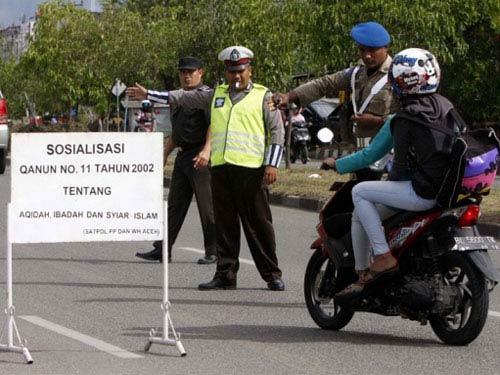 Indonesia: Cấm phụ nữ ngồi dạng chân sau xe máy - 1