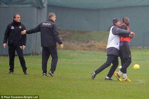 Mancini tẩn Balotelli: Giọt nước tràn ly - 1