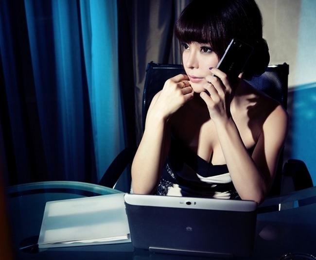 Vẻ đẹp nóng bỏng toát ra từ vòng một của mỹ nữ hoàn toàn làm lu mờ chiếc smartphone.
