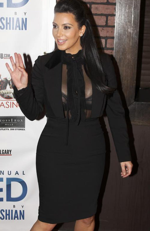 Kim Kardashian khoe ngực lấp lửng! - 1