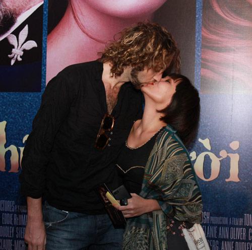 Ra mắt phim, Mai Khôi hôn say đắm bạn trai - 1
