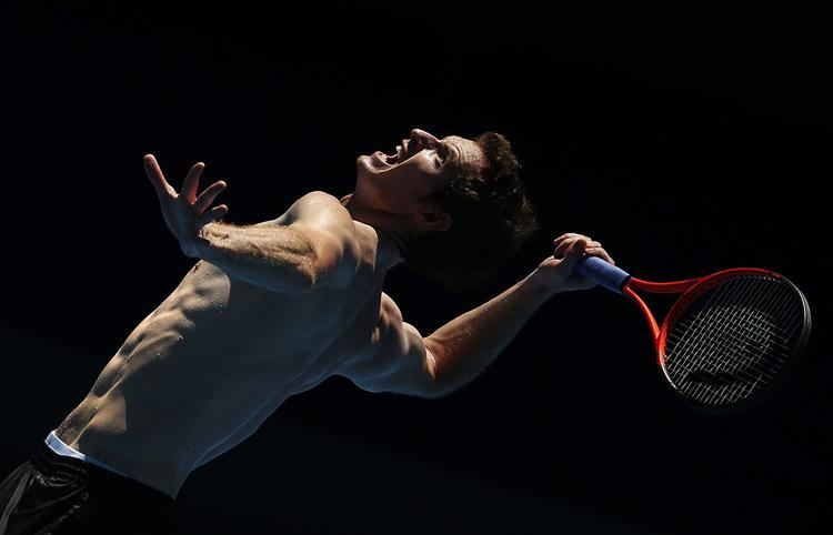 Cái nóng ở Australian khiến Andy Murray mướt mồ hôi trong khi tập luyện.