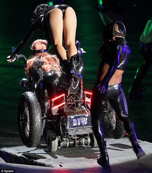 Lady Gaga hở thô thiển trên sân khấu - 1
