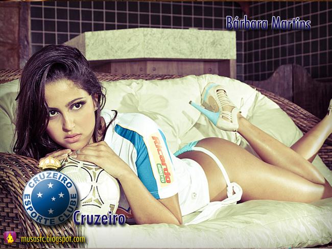 Người đẹp Barbara Martins luôn khiến cánh mày râu phải ngất ngây với những khuôn hình nóng bỏng cùng trái bóng. Bóng đá vẫn luôn được coi là bộ môn thích hợp cho phái đẹp thi thố tài năng và phô diễn… đường cong. Không phải là một cầu thủ chuyên nghiệp nhưng Barbara lại rất có duyên bộ môn này. Cô đã được CLB Cruzeiro mời là đại diện hình ảnh cho CLB. Không quá cao, cũng chẳng đẫy đà nhưng từng đường nét trên cơ thể của người đẹp Brazil này lại kết hợp với nhau rất hoàn hảo để tạo nên một khối thống nhất đầy quyến rũ.