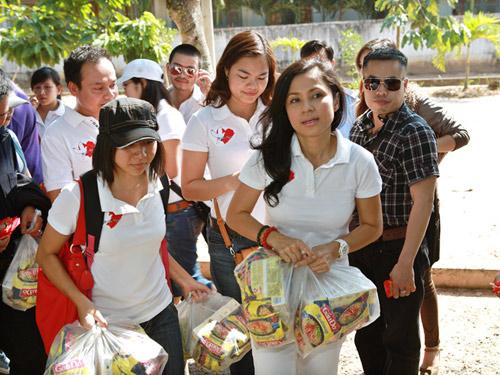 Việt Trinh mang Tết đến cho người nghèo - 1