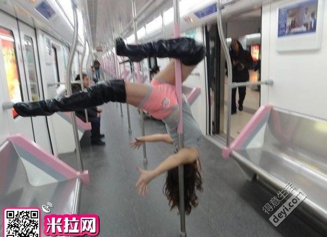Mới đây, cộng đồng mạng Trung Quốc xôn xao về cô gái trẻ hồn nhiên múa cột trên tàu điện ngầm tại thành phố Vũ Hán.