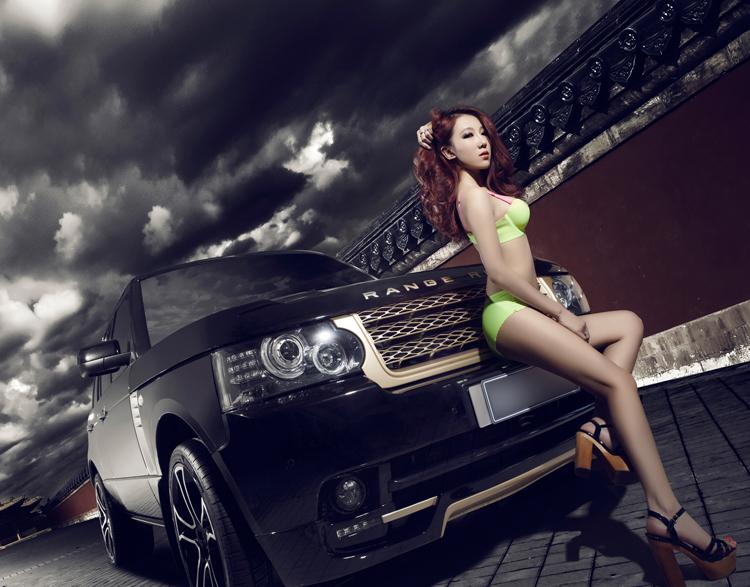 Vẻ đẹp kiều diễm cùng bộ nội y hớ hênh khiến cho chân dài trở nên hút khách hơn khi xuất hiện cùng Range Rover.