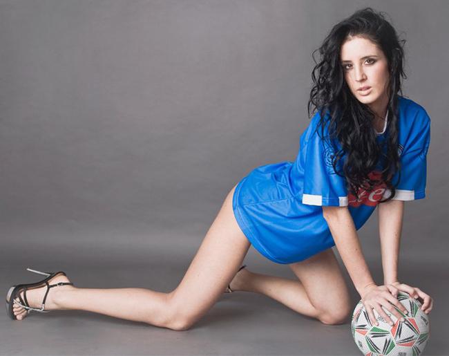 Ở Italia, các người đẹp cũng rất đam mê bóng đá và tại giải Serie A, mỗi CLB luôn có một đại diện sắc đẹp cho riêng mình. Trong cuộc cạnh tranh sắc đẹp với các mỹ nhân, Alessia Fontanella cũng không hề kém cạnh. Cô là một CĐV đặc biệt của Napoli, đội bóng một thời của huyền thoại Maradona. Kể từ sau khi kết duyên cùng CLB, Alessia đã được biết đến nhiều hơn và tất nhiên nhận được nhiều lời mời hơn. Mỹ nhân này vẫn chưa muốn dừng lại, ước muốn của cô là được chứng kiến Napoli giành Scudetto.