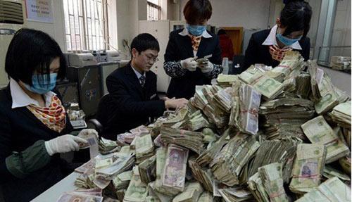 TQ: Vác 11 bao tiền lẻ đi gửi ngân hàng - 1