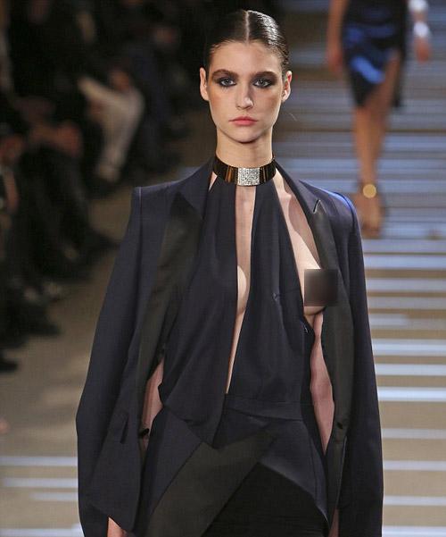 Sốc vì màn lộ 100% ngực tại Paris - 1