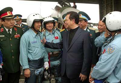 Thủ tướng đi thị sát máy bay Su-30MK2 - 1