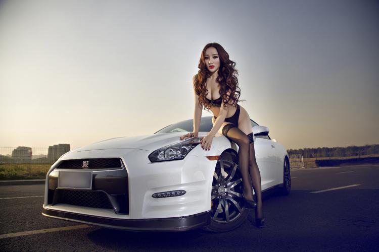 Siêu xe thể thao Nissan GTR hoàn toàn lu mờ trước 3 vòng bốc lửa của người đẹp, khiến cánh mày râu mê mẩn.