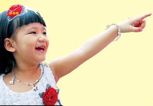 Trẻ mang bệnh vì đeo trang sức giả - 1
