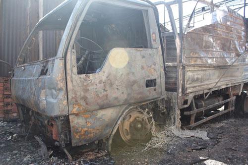 Xe tải bốc cháy lan sang quán nhậu - 1