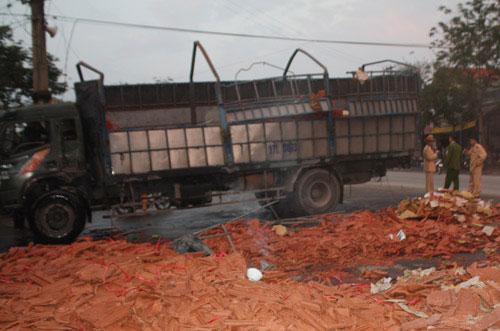 Xe tải gạch lật, đè chết 2 chị em ruột - 1