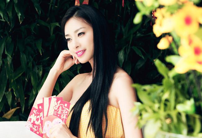 Trong bộ ảnh này, Ngô Thanh Vân khi diện trang phục váy tím lụa nhẹ nhàng và thanh lịch, lúc diện váy vàng rực rỡ.