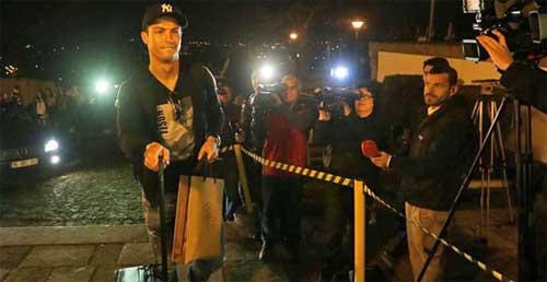 Ronaldo bị CĐV nhà chế giễu - 1