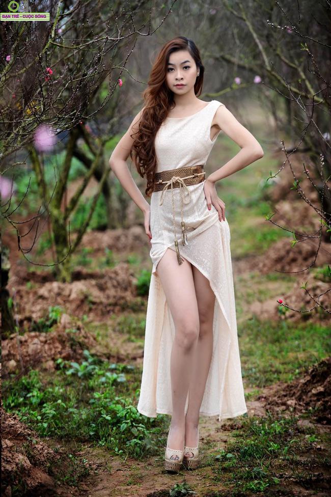 Dương Hải Anh khoe đôi đôi chân dài gợi cảm giữa vườn xuân dịu dàng...