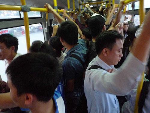 Khóc ròng vì bị trộm đồ trên xe buýt - 1