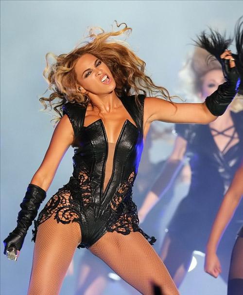 Tuyển tập váy áo quá khích của Beyonce - 1