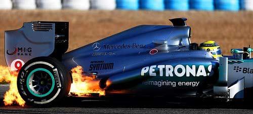 Hamilton gặp nạn ngay ngày đầu cầm lái - 1