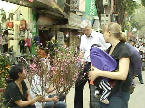 Đại sứ Đan Mạch đi chợ hoa Tết ở Hà Nội - 1