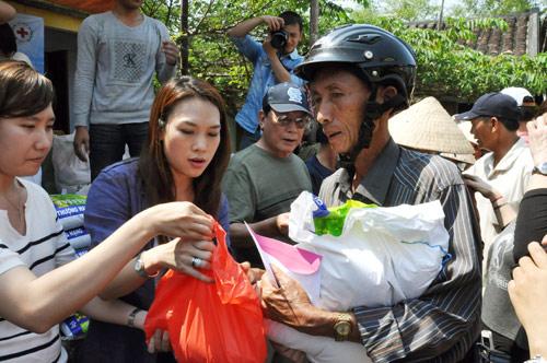 Mỹ Tâm giúp bà con nghèo đón Tết - 1