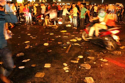 Đường phố ngập rác sau đêm giao thừa - 1