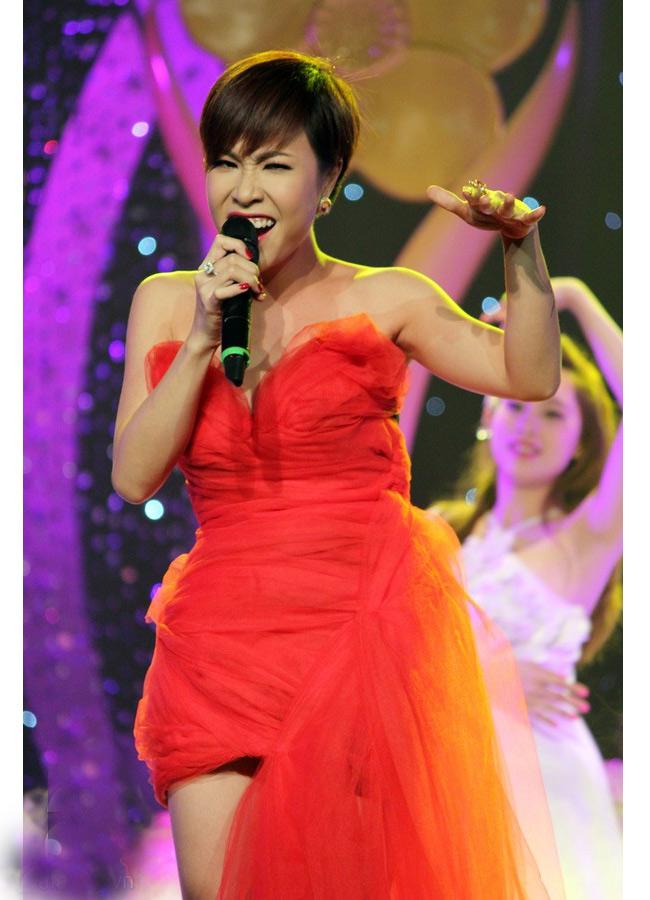 Uyên Linh đã có những tiến bộ đáng kể trong phong cách ăn mặc, đặc biệt là với chiếc váy ôm tôn dáng này
