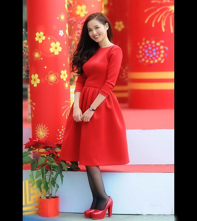Tâm Tít thật hợp với phong cách tiểu thư. Cô chọn mẫu váy xòe bồng kín đáo đi chơi Tết