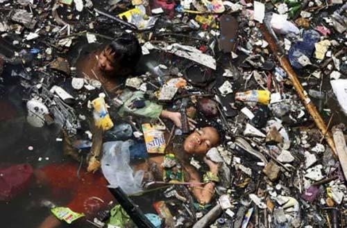 TQ: Thưởng 300 triệu cho người bơi trong rác - 1