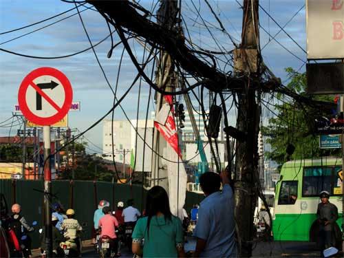 Nổ tụ điện trên đường, dân vứt xe bỏ chạy - 1