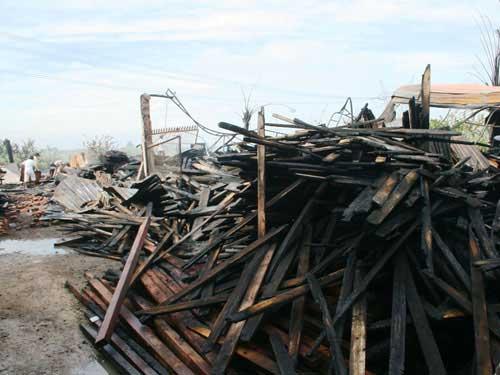 TP HCM: Cháy suốt 7 giờ, xưởng gỗ thành than - 1