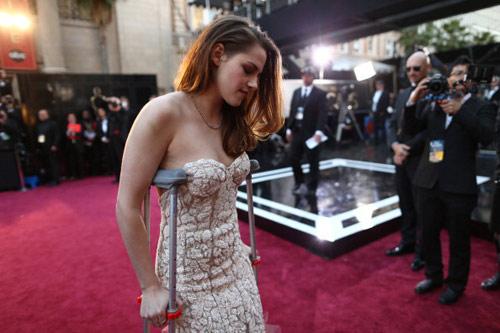 Kristen Stewart chống nạng đi dự Oscar - 1