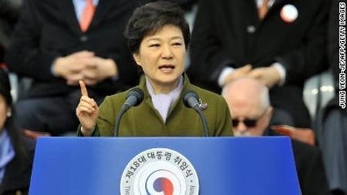 Nữ TT Hàn Quốc đầu tiên tuyên thệ nhậm chức - 1