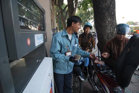 Bộ Tài chính: Tăng giá xăng là khó tránh - 1
