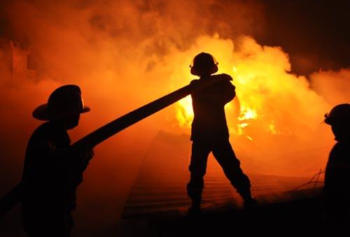 Cháy xưởng dữ dội, hàng chục hộ dân sơ tán - 1