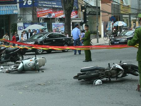 HN: Cướp bỏ chạy tông 2 vợ chồng nhập viện - 1