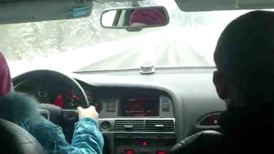 8 tuổi thay bố lái xe ô tô - 1