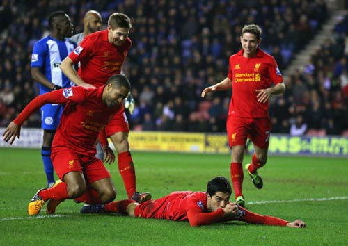 Wigan - Liverpool: Người hùng Suarez - 1
