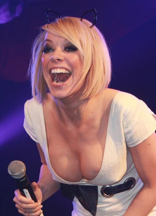 """Nữ ca sĩ Anh """"quá khích"""" trên sân khấu - 1"""