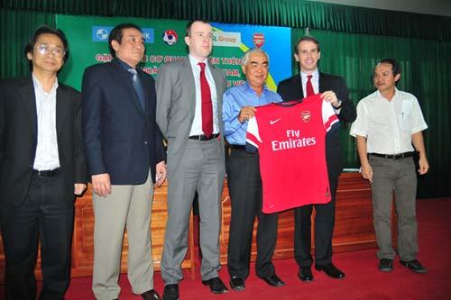 Arsenal sẽ mang đội hình 1 sang Việt Nam - 1