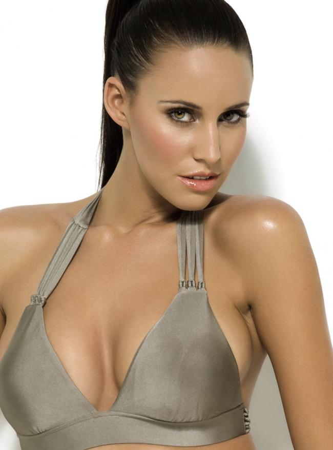 Lauren Vickers là người mẫu ngực trần cực kì nổi tiếng, thậm chí năm   2010 cô còn được bầu chọn là chân dài quyến rũ nhất của tạp chí dành cho   đàn ông Playboy. Không chỉ có vậy, người đẹp có quốc tịch Australia   nhưng hiện đang sinh sống ở Barcelona - Tây Ban Nha còn được biết đến là   bạn gái của tay đua Motor GP người Pháp - Randy De Puniet.