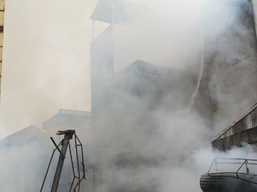 Hà Nội: Cháy lớn, nhà 5 tầng đổ sập - 1