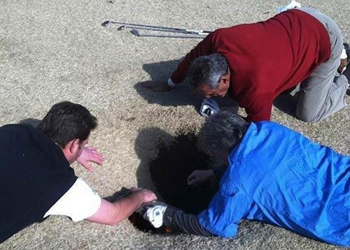 """Mỹ: Chơi golf bị """"hố tử thần"""" nuốt chửng - 1"""
