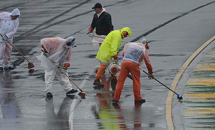 Trời mưa lớn tại đường đua Albert Park (Melbourne, Australia) trong ngày thứ Bảy khiến hai vòng phân hạng cuối (Q2 và Q3) của Australia GP phải rời sang sáng Chủ nhật. Đây mới là lần thứ 3 kể từ năm 2004, một vòng phân hạng được rời thời điểm tổ chức sang một ngày khác. Trước đó, các buổi phân hạng tại Grand Prix Nhật Bản năm 2004 và 2010 đã phải chuyển toàn bộ sang thi đấu vào sáng Chủ nhật.
