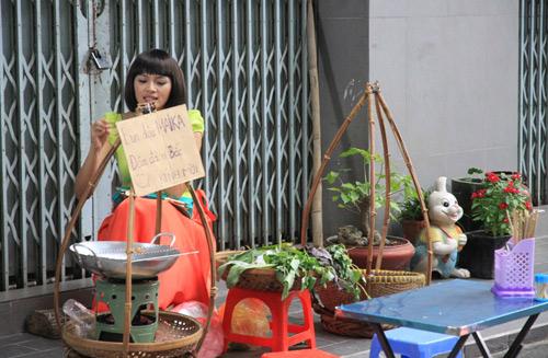 Diễm Châu lòe loẹt bán bún đậu - 1